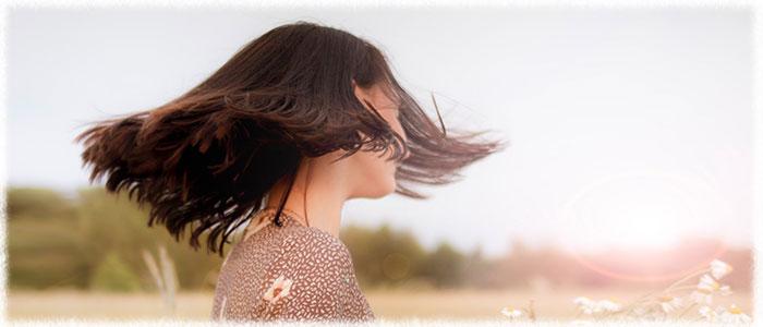 「ふわりと軽い」サラサラヘアにしたいなら、どんなヘアケアを選ぶべき?
