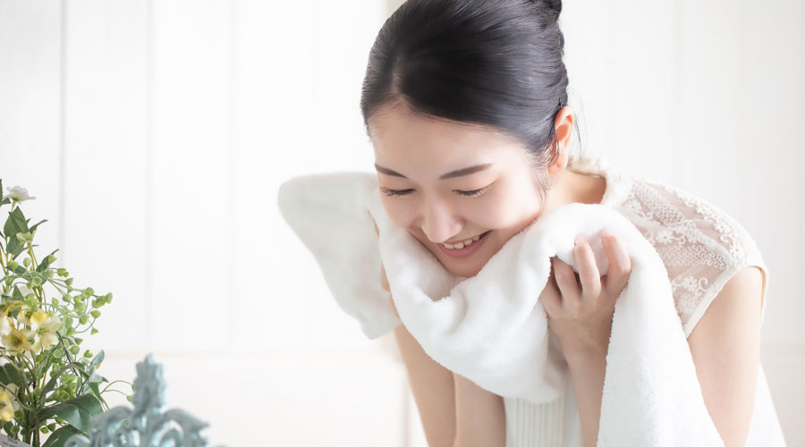 エイジングケア美容液は化粧水の後に使うのが基本